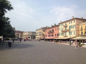 Auf dem großen Hauptplatz reihen sich venezianische Gebäude aneinander mit Blick auf die Arena