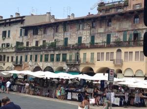 Der Kräuterplatz ist einer der schönsten Plätze der Stadt und beherbergt eines der ältesten Gebäude.